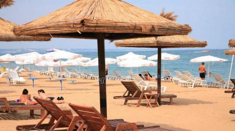 Цените за чадъри и шезлонги на плажа падат драстично – Нова Варна